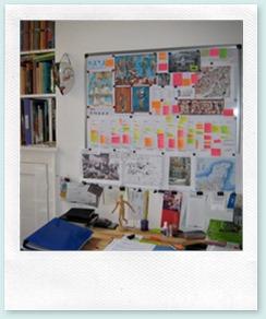 Die Pinnwand über Renée Hollers Arbeitsplatz