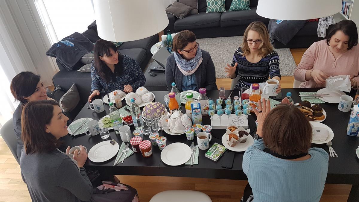 In gemütlicher Frühstücksrunde wurde mit Frieda Lamberti, Elli C. Carlson und Freya Miles geschnackt.