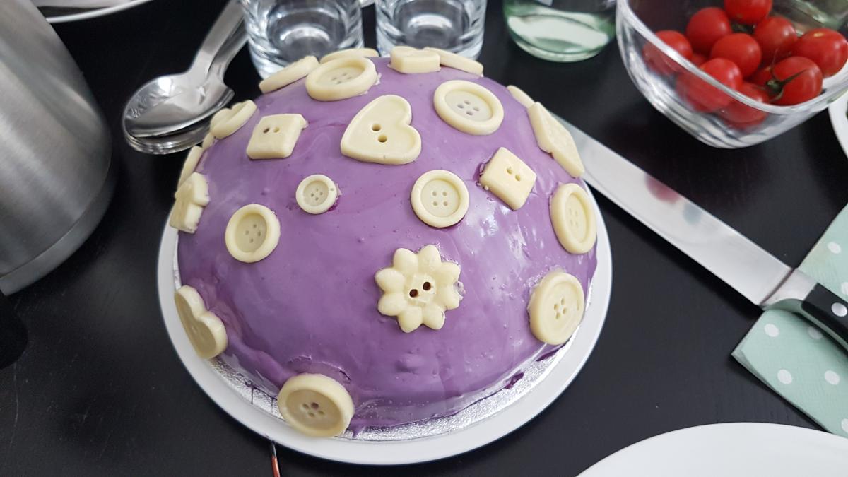 Zum Frühstück brachte uns Autorin Frieda Lamberti eine hübsche Torte mit!
